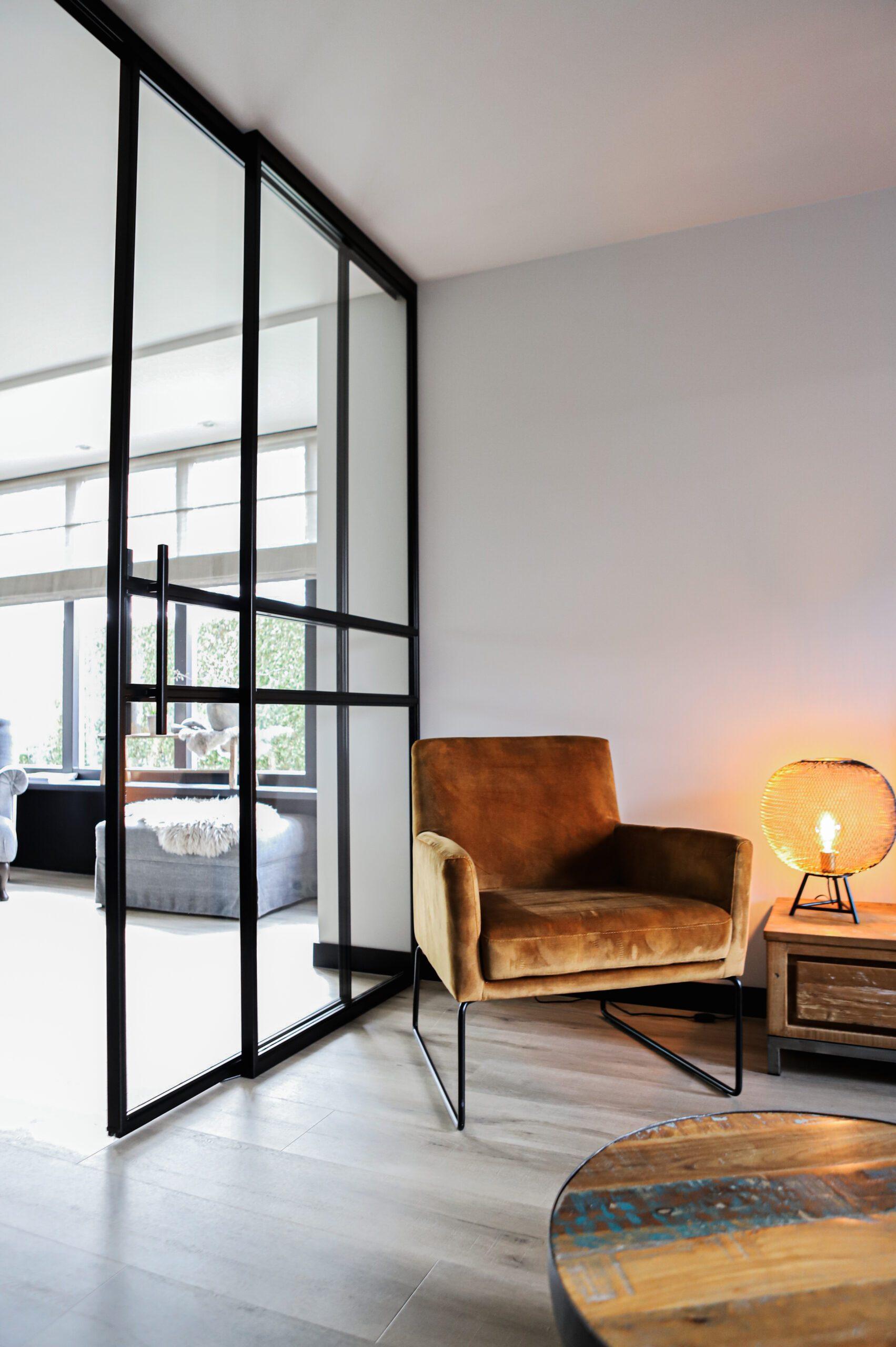 stalen deur met velvet stoel